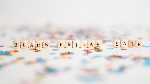 Inscrição de venda de sexta-feira negra em pequenos cubos brancos