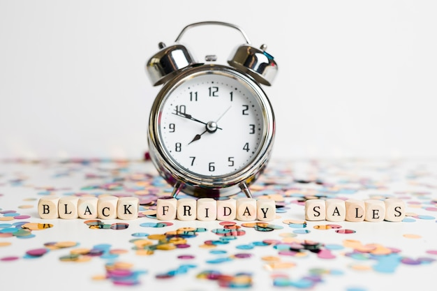 Inscrição de vendas de sexta-feira negra em cubos brancos com relógio