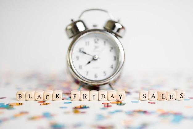 Inscrição de vendas de sexta-feira negra em cubos com relógio
