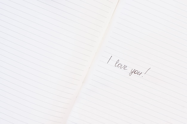 Inscrição eu te amo escrito no bloco de notas alinhado