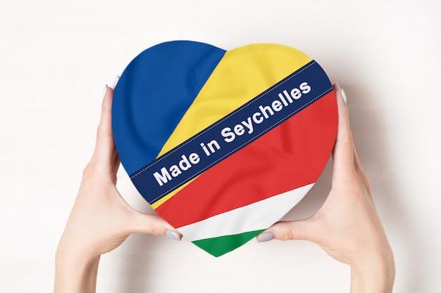 Inscrição feita na bandeira das seychelles com caixa de forma de coração