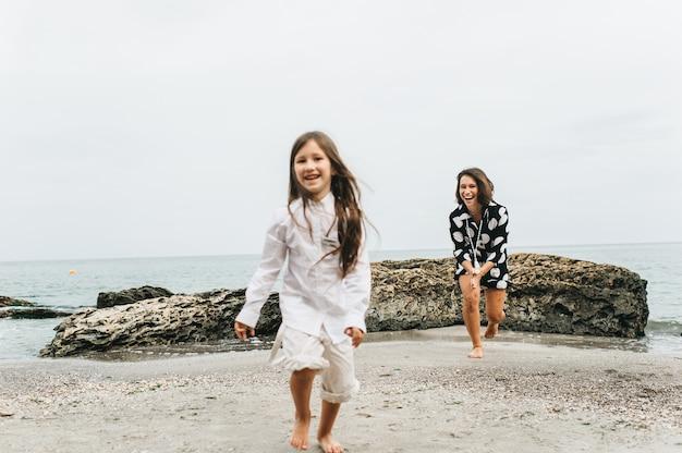 Inscrição 'feliz ano novo' e pegada humana na areia na praia