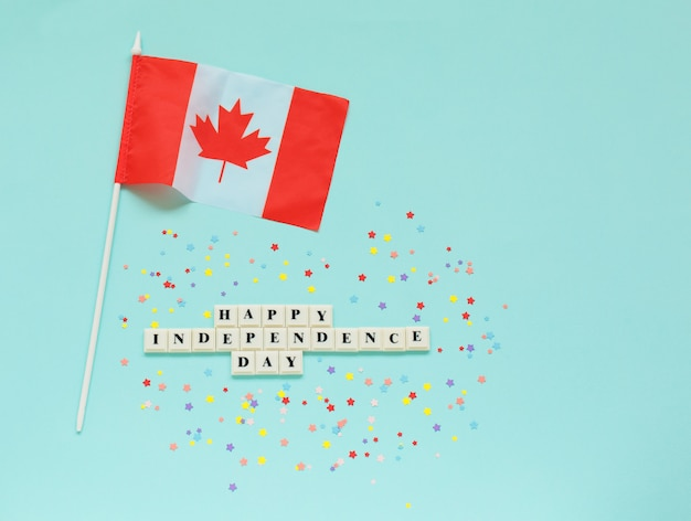 Inscrição feliz dia da independência e a bandeira do canadá.
