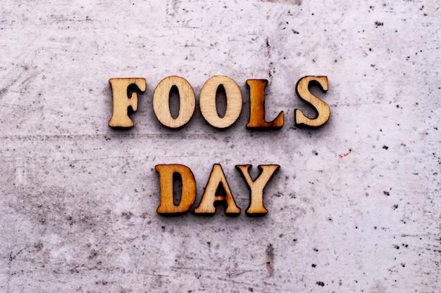 Inscrição fools day em letras de madeira