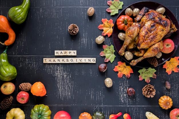 Inscrição perto de frango assado e legumes