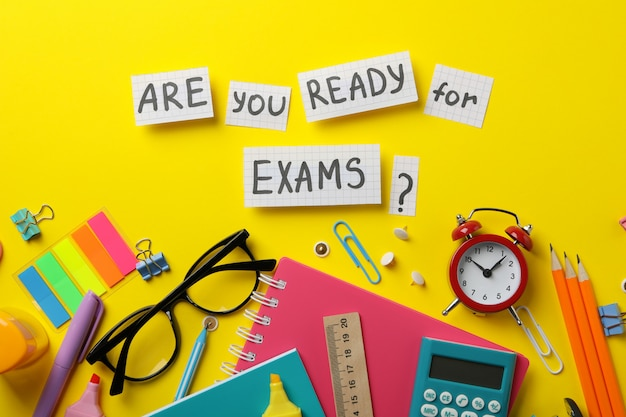 Inscrição você está pronto para os exames? e estacionário na superfície amarela, vista superior