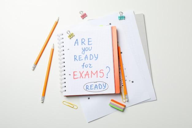 Inscrição você está pronto para os exames? pronto e estacionário na mesa branca, vista superior