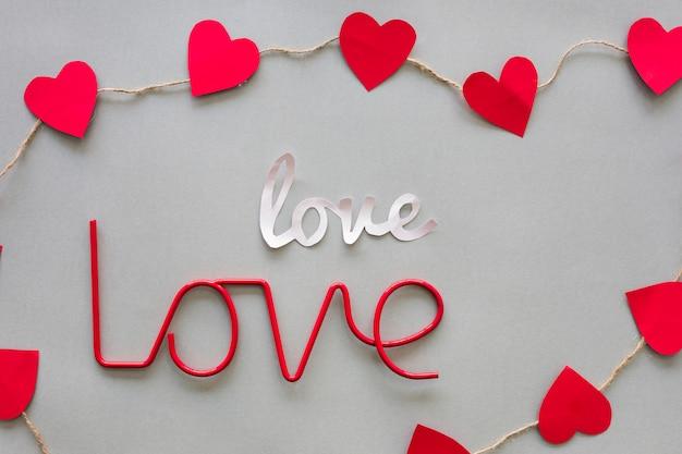 Inscrições de amor com corações vermelhos na mesa
