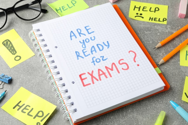 Inscrições você está pronto para os exames? e ajuda na superfície cinza, close-up