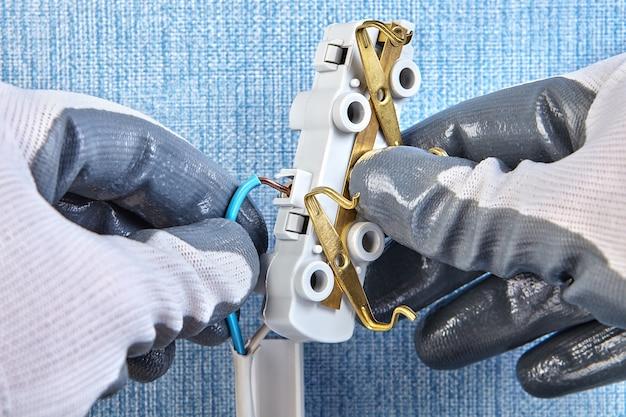 Inserção de fiação de cobre na fiação elétrica da casa de plugue, instalação elétrica.