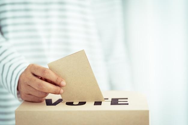 Inserção de papel pardo na caixa de votação
