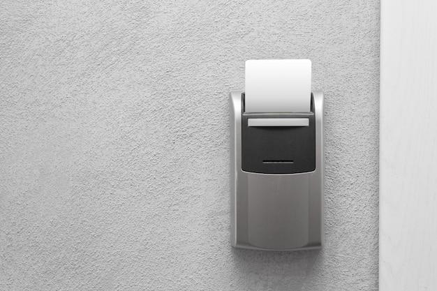 Inserção do cartão-chave do hotel para o controle do interruptor de energia elétrica