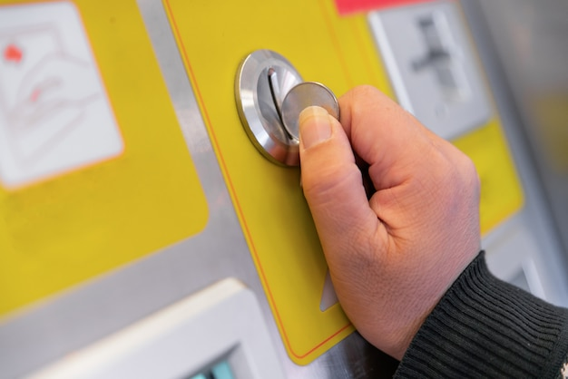 Inserir moedas em uma máquina de venda automática