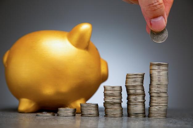 Insira moeda de dinheiro no cofrinho para aumentar o orçamento financeiro. economizando dinheiro
