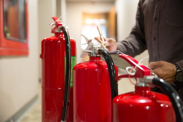 Inspeção de engenheiros extintor de incêndio.