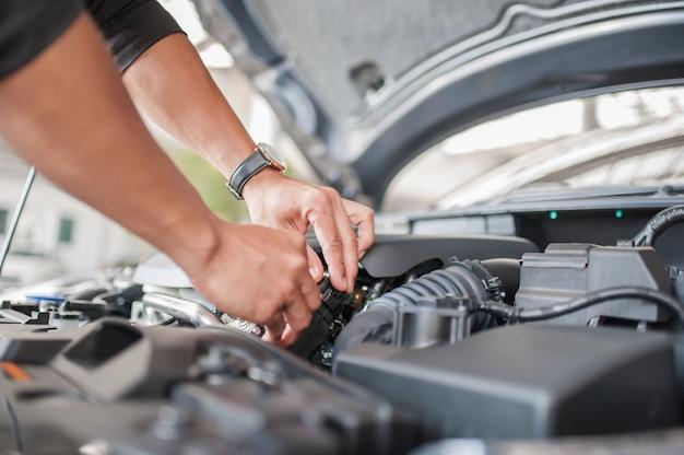 Inspeção de segurança do carro e verificação de acessórios do motor