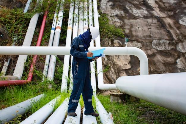 Inspeção de trabalhador masculino, duto visual, petróleo e gás, tubo de corrosão, indústria de duto de vapor