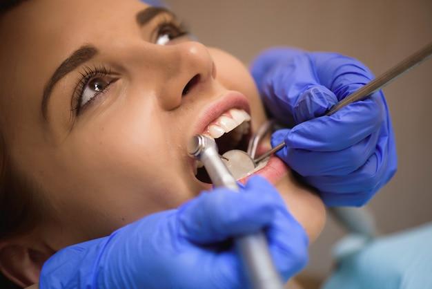 Inspeção dental na clínica