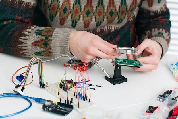 Inspecionando espaço livre de novos componentes eletrônicos.