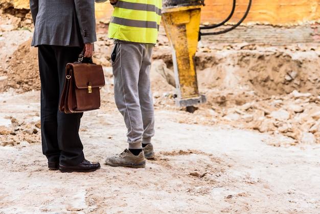 Inspetor de arquiteto supervisiona um trabalho para verificar medidas de segurança