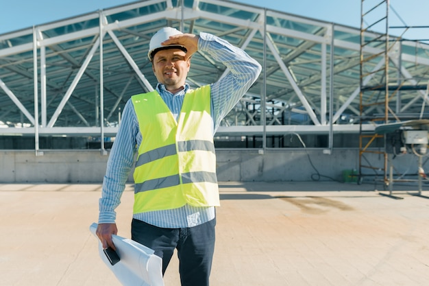 Inspetor de construção masculino examinando o canteiro de obras