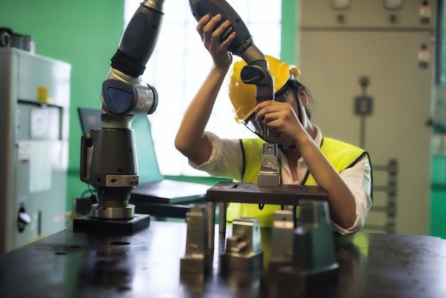 Inspetor de engenheiro verificar braço automatizado