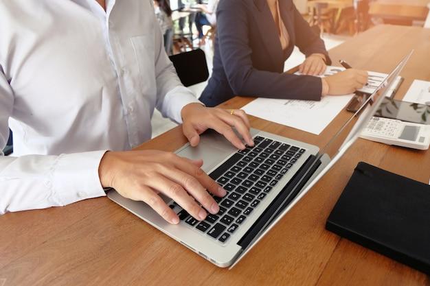 Inspetor financeiro fazendo relatório, calculando ou checando o saldo. conceito de auditoria comercial