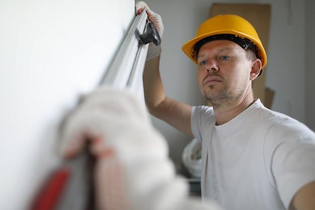 Inspetor masculino em luvas de proteção segura edifício