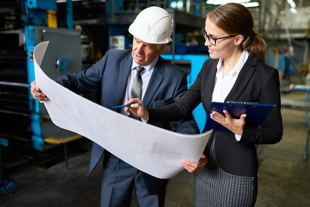 Inspetor sênior revisando os planos da fábrica