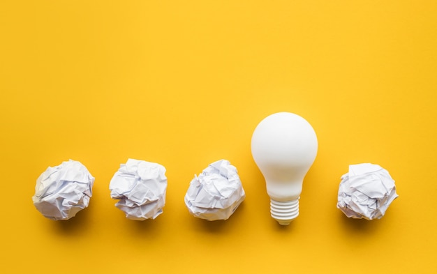 Inspiração de criatividade, conceitos de ideias com lâmpada e bola amassada de papel em pastel