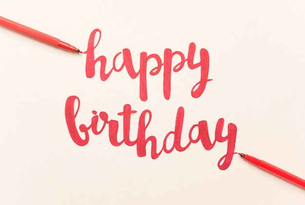 Inspiradora citação 'feliz aniversário' para cartões e cartazes.