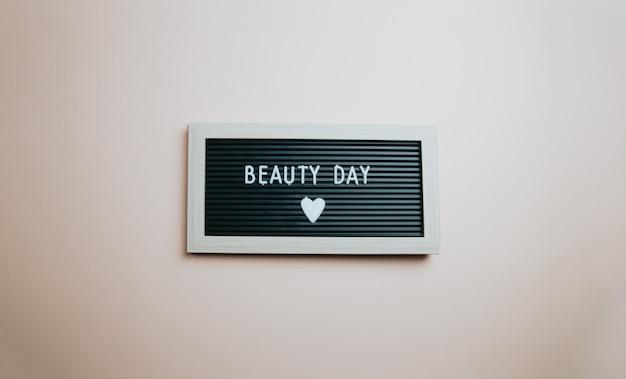 Inspiradora citação motivacional. conceito de sucesso e motivação. dia da beleza, mensagem da menina do conceito, fundo colorido.