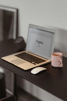 Inspirar escrito em uma tela de laptop