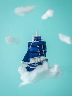 Instalação com veleiro voando nas nuvens. um sonho tornado realidade.