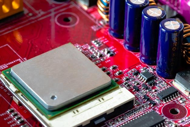 Instalação da cpu em um computador, placa-mãe vermelha