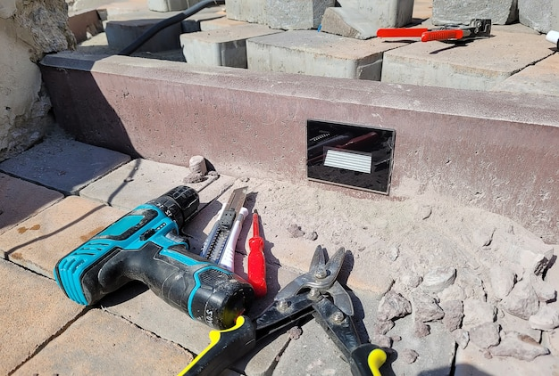 Instalação da lâmpada em meio-fio de concreto. foco seletivo