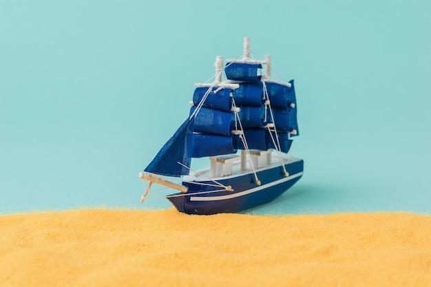 Instalação de amarração de veleiro a praia de areia. o conceito de viagem e aventura. instalação.