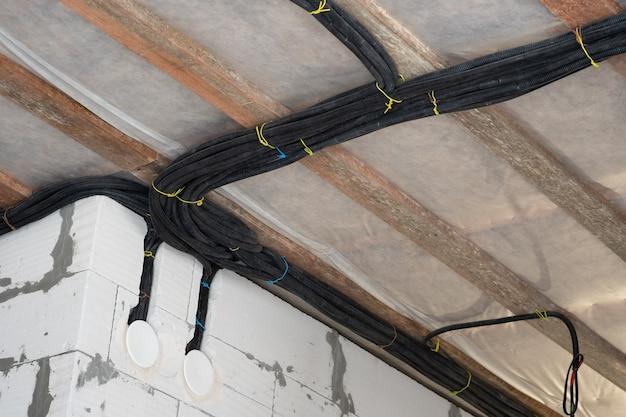 Instalação de cabos no teto.