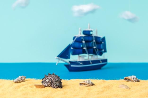 Instalação de conchas em uma praia de areia com um veleiro flutuando. o conceito de viagem e aventura. instalação.