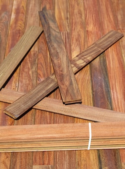 Instalação de decks ipe com ripas de madeira