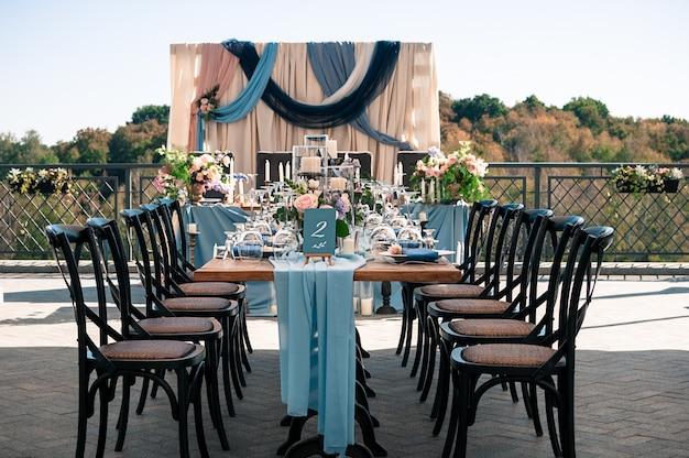 Instalação de decoração exterior de evento de casamento, horário de verão