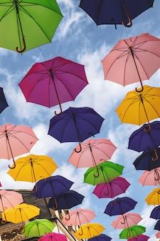 Instalação de guarda-chuvas no centro da cidade de luxemburgo