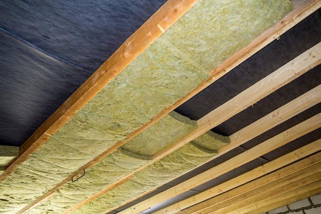 Instalação de lã de rocha mineral com isolamento térmico no teto do sótão do novo prédio
