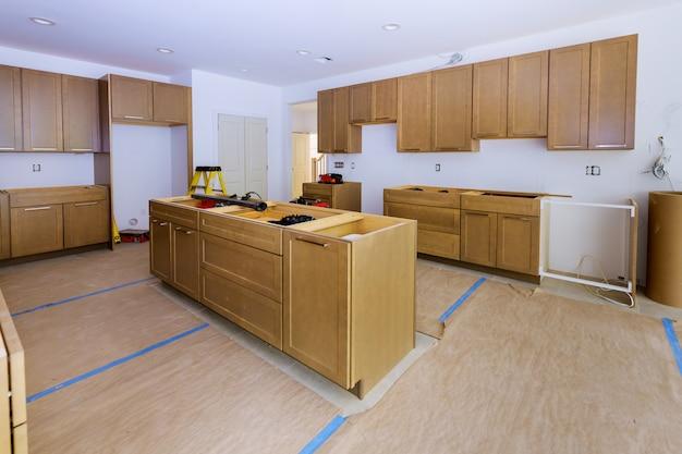 Instalação de madeira na cozinha de armários de instalação