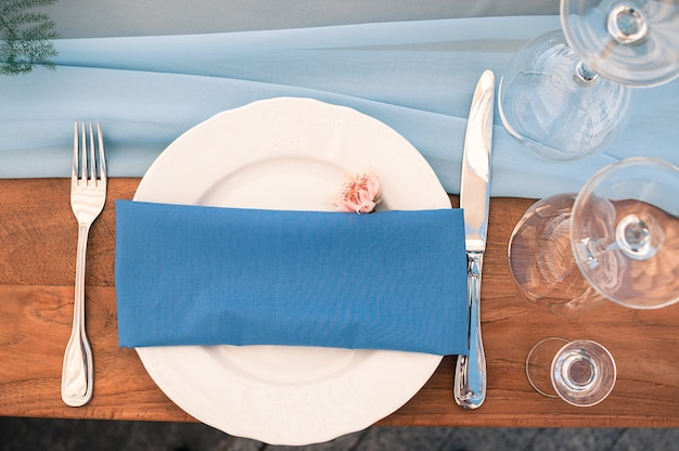 Instalação de mesa de decoração de casamento ou evento, guardanapo azul, ao ar livre