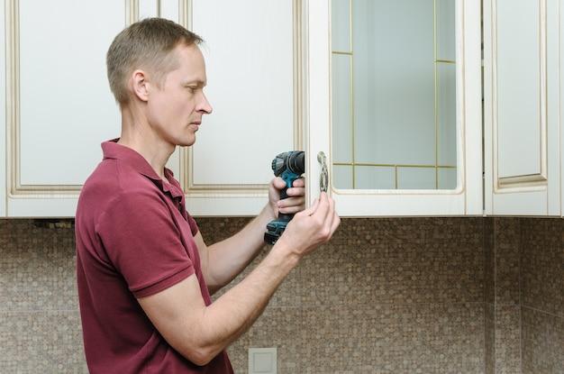 Instalação de móveis de cozinha com manivela dos puxadores nos armários das portas