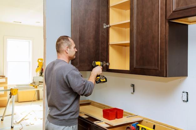 Instalação de móveis dobradiças da porta do armário