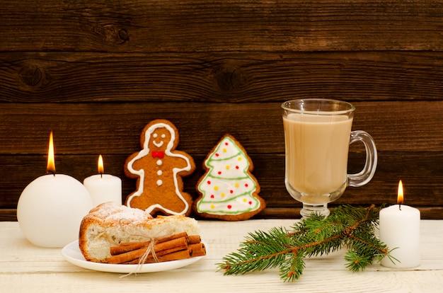 Instalação de natal, ramo de abeto, pão de gengibre, panelas, bolo e velas