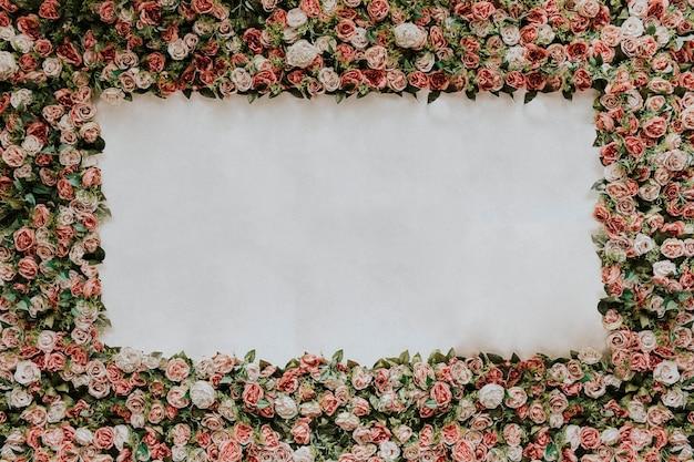 Instalação de parede de flores com espaço em branco