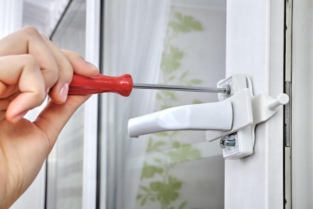 Instalação de restritor de janela para janela, usando as mãos.